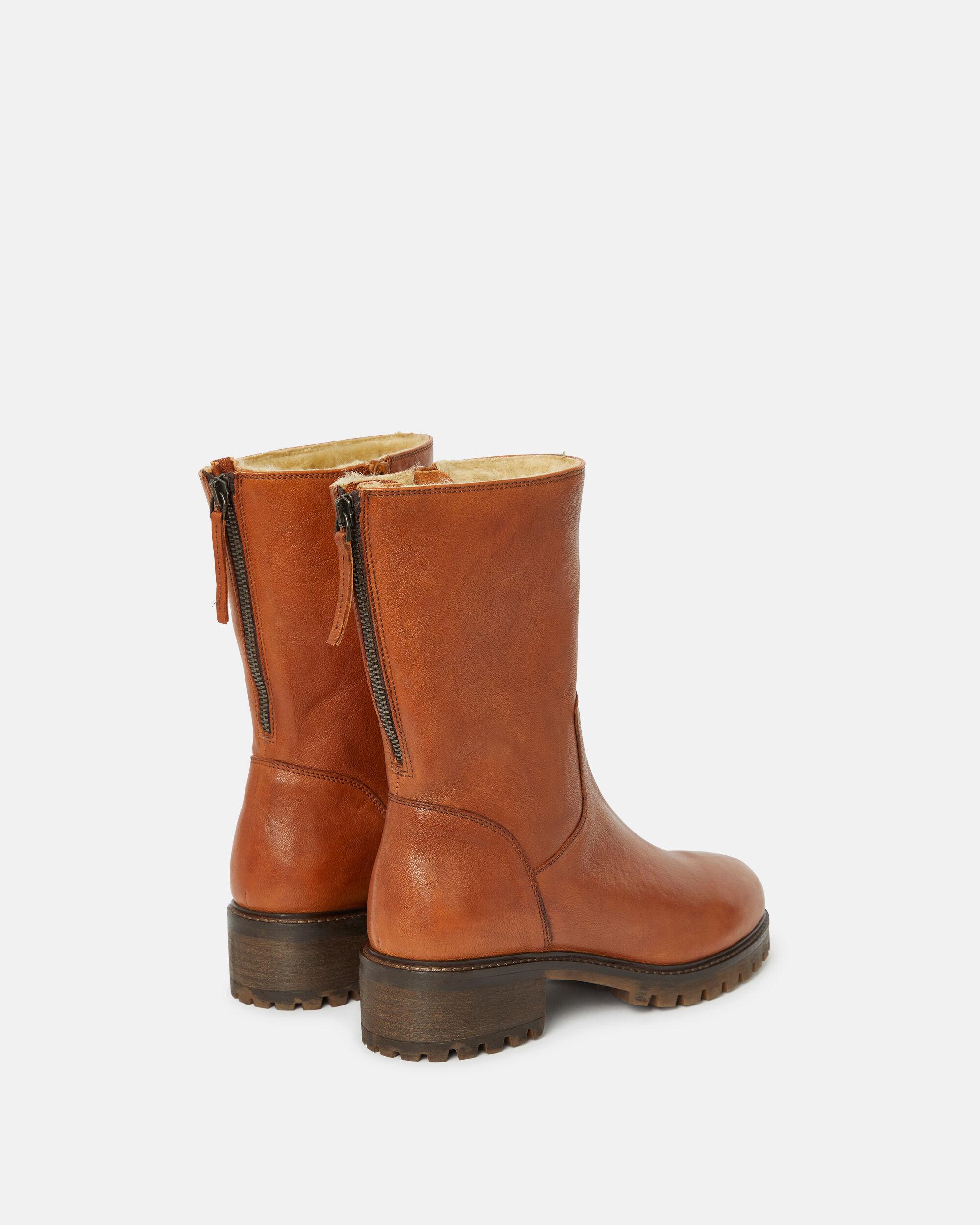 Boots , Bruneta